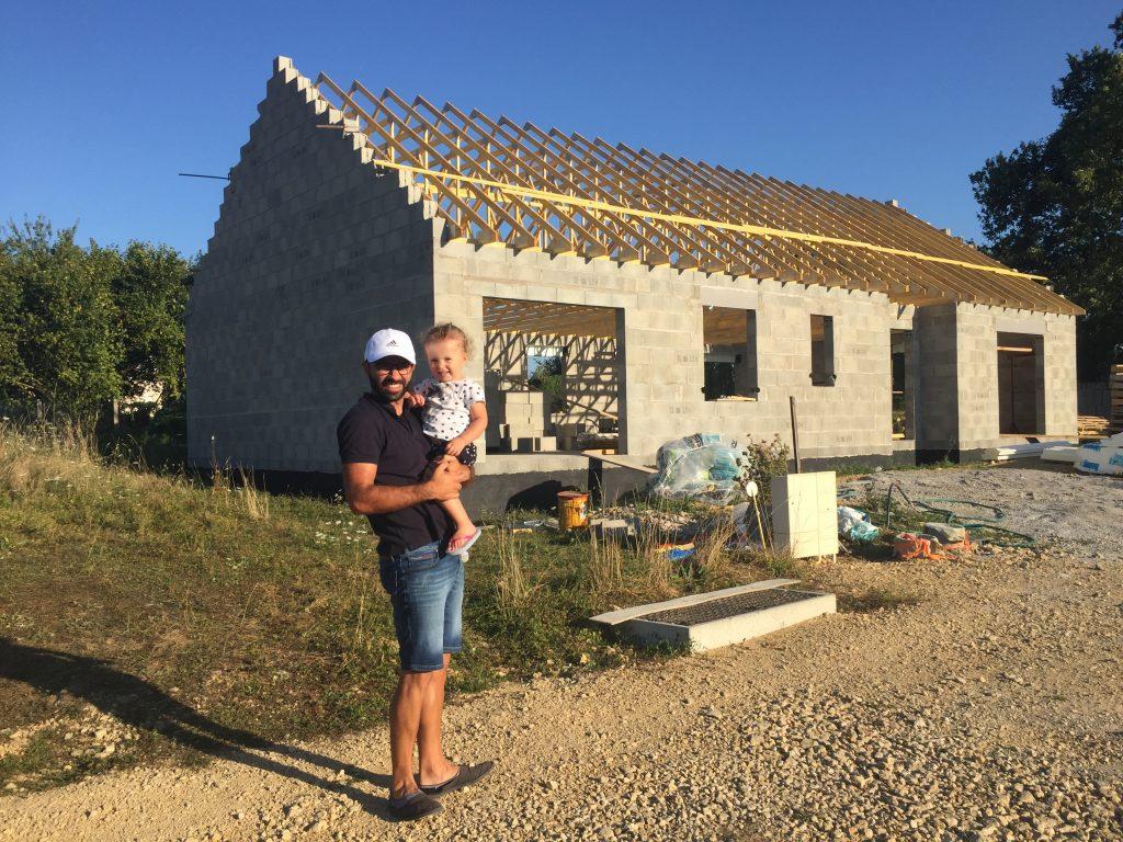 Delil Torgursul et sa fille devant la construction de sa maison